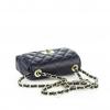 Тъмносиня кожена чанта с капитониран дизайн